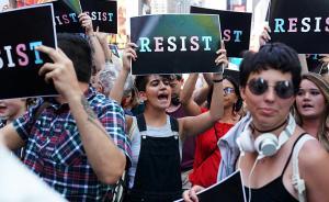 当地时间2017年7月26日,美国纽约,示威者聚集时报广场,抗议特朗普禁止变性人以任何形式服兵役。据英国《卫报》报道,特朗普当天宣布,他不会允许变性人在美国以任何形式服兵役。