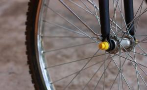 湖北15岁智力障碍少年骑车撞死75岁退休干部,警方正调查