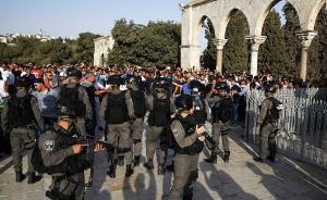 当地时间2017年7月27日,耶路撒冷,数万巴勒斯坦民众与以色列警方在阿克萨清真寺一入口处爆发冲突,近百人受伤。视觉中国 图