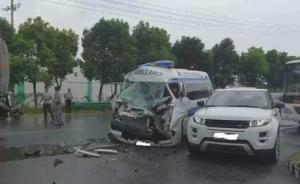 安徽马鞍山一救护车与油罐车碰撞,车头严重损毁3人伤