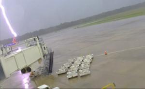 命大:美机场员工被闪电击中致三级烧伤