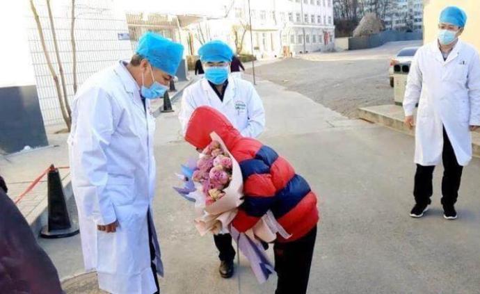 山西長治首例新冠肺炎治愈患者出院,11歲男孩鞠躬致謝