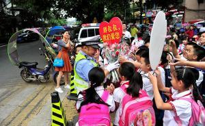 """重庆58岁""""网红""""警察重返小学执勤,市民曾写信希望其返岗"""