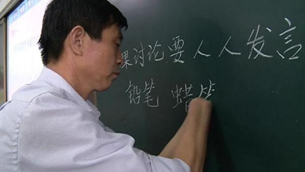 无手教师坚持25年:字漂亮,课上得好 改