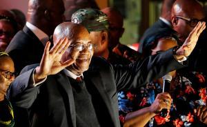 当地时间2017年8月8日,南非开普敦,南非总统祖马在不信任投票中胜出后与支持者庆祝。视觉中国 图