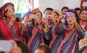 2017年8月21日,墨脱县德兴乡举行文艺汇演,每个村都组织了节目。准备上台表演的村民挤在台下,一边用手机记录一边看表演。随着网络的普及,村民用手机记录生活,通过微信交流已经是一种常态。