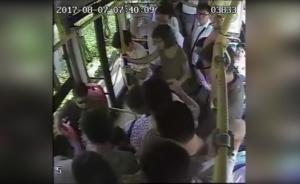 女子公交车上突然晕倒,众人围前齐施救
