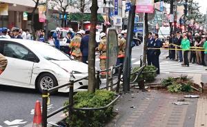 当地时间2017年10月20日,日本东京,当地警方检查事故现场。东京一85岁老人驾车酿成事故,造成7名行人受伤。视觉中国 图
