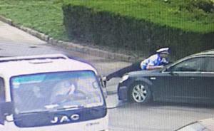 视频 江苏淮安一男子驾无牌车在闹市顶交警狂奔五百米