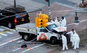 当地时间2017年10月31日,美国纽约,纽约曼哈顿发生卡车撞人恐怖袭击事件,已致8人死亡多人受伤。31日下午,一辆卡车在曼哈顿下城世贸中心附近冲入行人、自行车道,撞倒多人后继续行驶,并撞上另一辆车。司机随后持仿真枪下车,后被警察开枪击伤,嫌疑人目前已被拘留。视觉中国 图