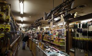 """美国为何大规模枪案频发?""""控枪""""或非实现普遍安全之关键"""
