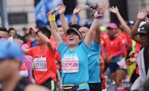 上海马拉松鸣枪开跑,首次开放轮椅跑