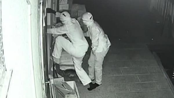 4小偷内裤蒙脸偷窃三百万元财物被抓