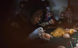"""80后美女老师自学技术,替玩具娃娃""""微整形""""月入上万"""