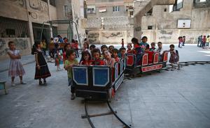 """当地时间2017年8月16日,叙利亚大马士革杜马,叙利亚战火不断,学生操场享受""""珍贵""""和平时光。视觉中国 图"""