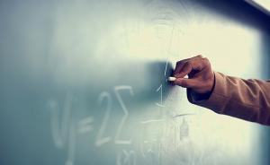 小学一班级美术老师教数学、体育老师教英语,校方:临时代课