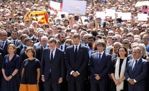 当地时间2017年8月18日,巴塞罗那市中心加泰罗尼亚广场,国王费利佩六世(前排左四)与首相拉霍伊(前排左三)参加悼念恐袭死难者集会。巴塞罗那17日发生一起货车撞人事件,已造成13人死亡,100多人受伤。视觉中国 图