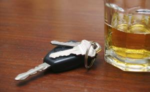 """男子开车去""""救""""因酒驾被查的朋友,忘了自己也酒驾还没驾照"""