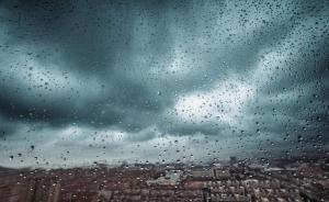 """台风""""天鸽""""逼近,香港挂出九号风球:提醒市民注意防风防水"""