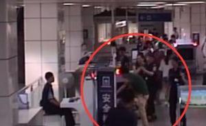 南京一20岁小伙不肯配合地铁安检,怄气钻进安检机
