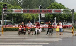"""武汉街头现新款""""过马路神器"""":自动拉绳系统"""