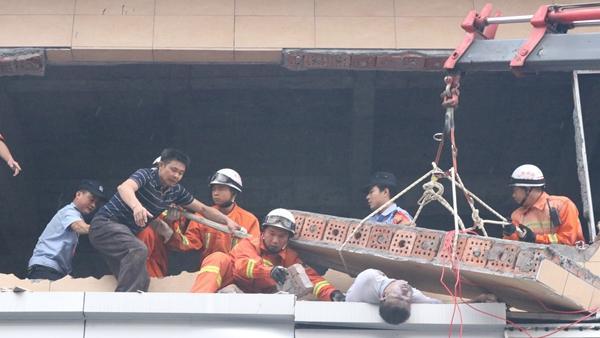 九江:施工建筑墙体倒塌困住一人