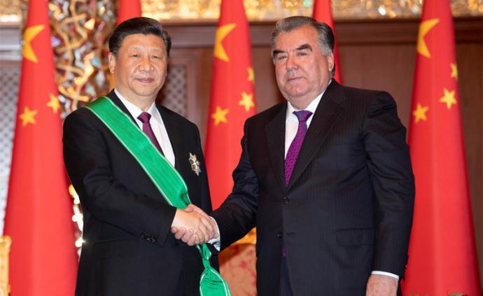 """习近平出席仪式接受塔吉克斯坦总统授予""""王冠勋章"""""""