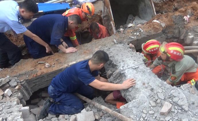 工地围墙垮塌埋住工人,消防施救